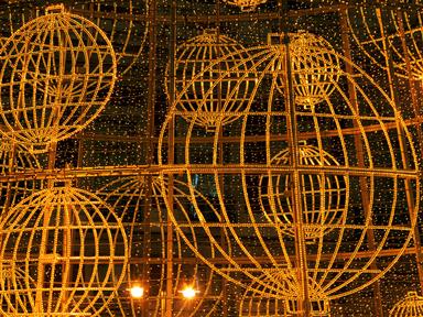 Los bombos dorados son el emblema de la Lotería Nacional de Navidad